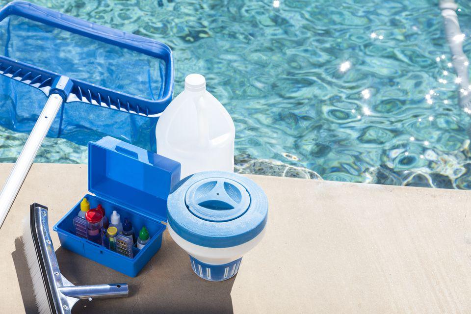 Sử dụng hóa chất xử lý nước hồ bơi thường xuyên