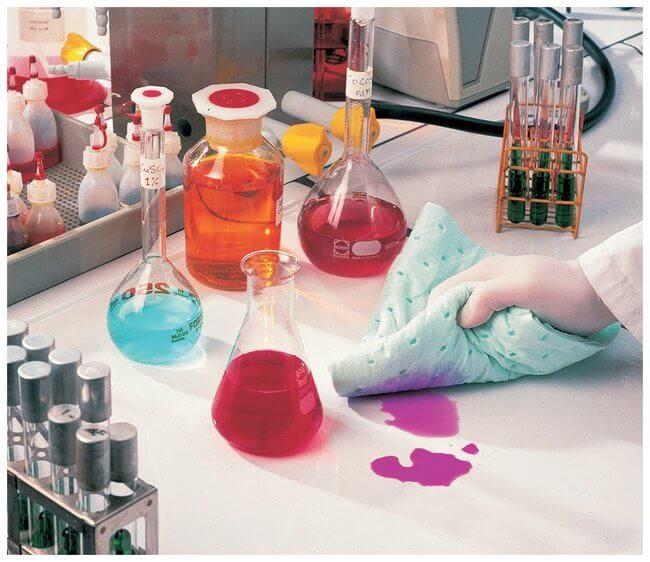 Tiến hành vệ sinh sạch sẽ sau khi đã pha hóa chất trong phòng thí nghiệm xong
