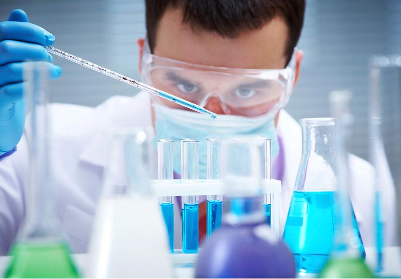 Sử dụng đũa thủy tinh để đảm bảo an toàn khi pha chế hóa chất trong phòng thí nghiệm