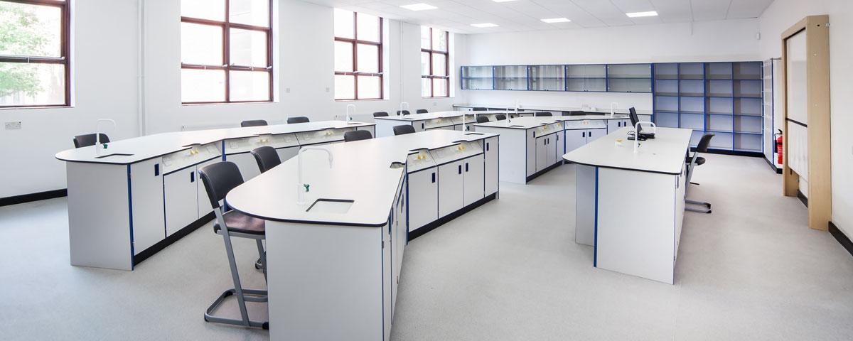 Bàn thí nghiệm là thiết bị không thể thiếu trong phòng thí nghiệm